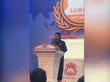 بھارتی پارلیمنٹیرین وجے جولی کو سیکورٹی اسٹاف نے ہال سے اٹھا کر باہر نکال دیا۔ فوٹو:اسکرین گریب