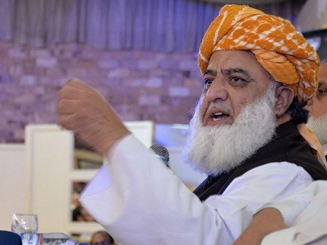 ہم پاکستان کی جمہوریت اورآئین کے تحفظ کے لیے نکلے ہیں،فضل الرحمان فوٹو: فائل