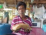 تصویر میں تھائی لینڈ میں کوڑا چننے والا ماہی گیر سومسک وھیل کی قے کے ساتھ موجود ہے جس کی مالیت ڈیڑھ کروڑ روپے ہے (فوٹو: دی ہالی وڈ ان لاکڈ)
