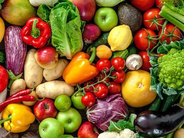 سبزیوں اور پھلوں کا باقاعدہ استعمال دماغ کے لیے انتہائی مفید ہوتا ہے۔ فوٹو: فائل