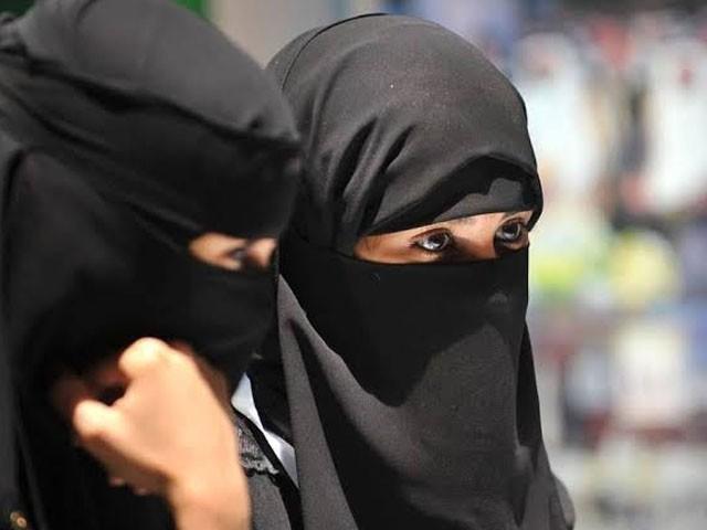 پاکستانیوں نے لڑکی نے سعودی لڑکوں اور راہگیروں پر جملے کسے تھے۔ فوٹو : فائل