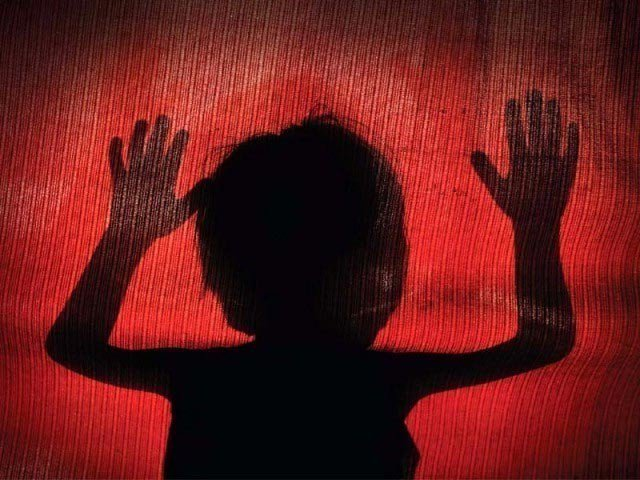 قاتل نے  5 سالہ بچی سے زیادتی کے بعد اسے قتل کرکے لاش تالاب میں پھینک دی فوٹو:فائل