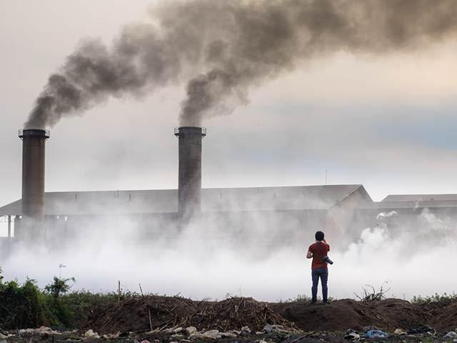 فضائی آلودگی یادداشت میں کمی، الزائیمراور گلوکوما کی وجہ بن سکتی ہے۔ فوٹو: فائل