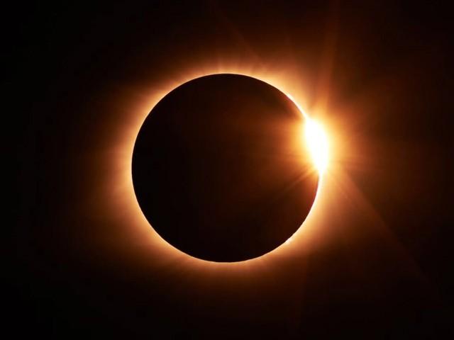 کہا جارہا ہے کہ 26 دسمبر کو تقریباً مکمل سورج گرہن ہوگا جس دوران کچھ دیر کےلیے دن میں رات کی تاریکی چھا جائے گی۔ (فوٹو: انٹرنیٹ/ ٹائم اینڈ ڈیٹ)