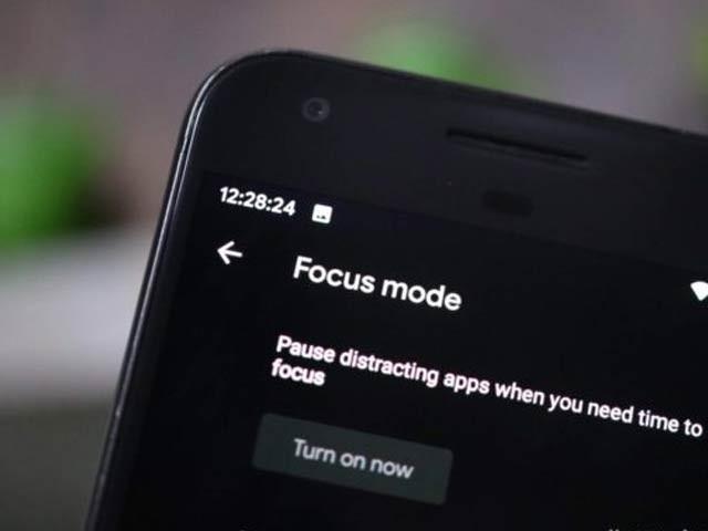 گوگل نے فوکس موڈ متعارف کرایا ہے جس کے تحت توجہ بٹانے والی ایپس کو بند کیا جاسکتا ہے (فوٹو: فائل)