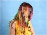 جو خواتین باقاعدگی سے بال رنگنے والی مصنوعات استعمال کرتی ہیں ان میں بریسٹ کینسر کا خطرہ بھی نمایاں طور پر بڑھ جاتا ہے۔ (فوٹو: انٹرنیٹ)