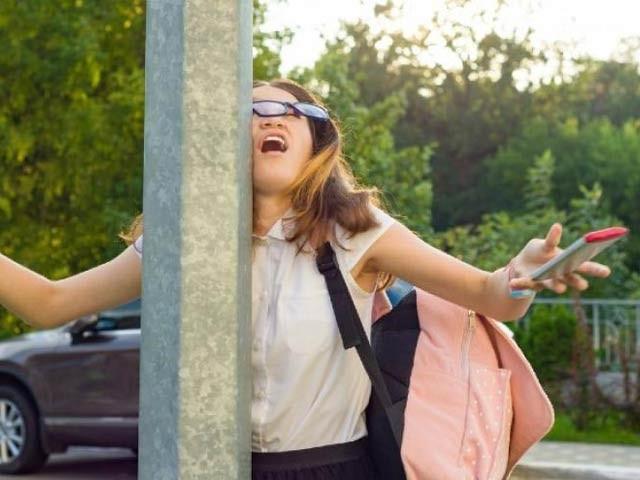 رٹگرز یونیورسٹی کے ماہرین نے کہا ہے کہ لوگ چلتے ہوئے فون استعمال کرکے اپنے چہرے پر زخم کھارہے ہیں۔ فوٹو: فائل