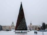 روسی شہر میں انتہائی مہنگا کرسمس ٹری نصب کرنے پر لوگوں نے تنقید کا اظہار کیا ہے۔ فوٹو: اے ایف پی