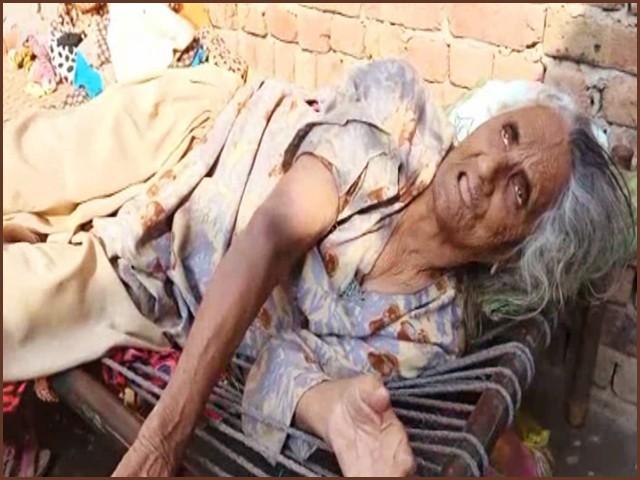 آمنہ بی بی زمین پر بری حالت میں بیٹھی ملزمان کی منتیں کرتی رہی ۔ فوٹو : اسکرین گریب