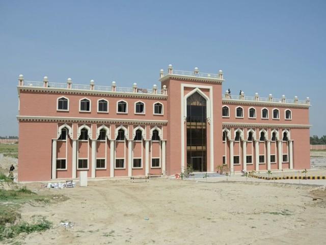 معیاری تعلیم کا فروغ شروع دن سے ہماری حکومت کی ترجیح رہی ہے، وزیر اعلیٰ محمود خان۔ فوٹو: فائل