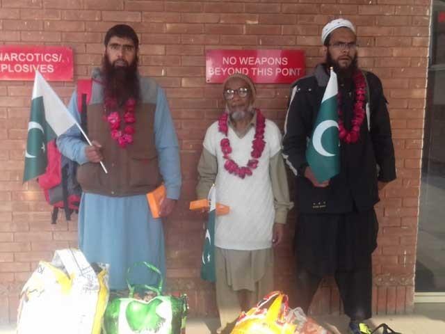 تینوں پاکستانی واہگہ بارڈرکے راستے واپس وطن پہنچے فوٹو: ایکسپریس