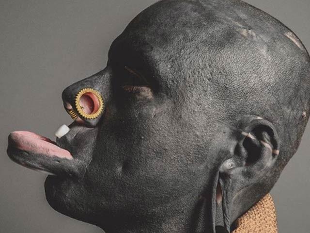 27 سالہ ایلی اِنک مکمل طور پر سیاہ رنگت میں ڈوب چکے ہیں۔ فوٹو: وائرل میگ
