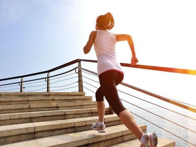 قدرے مشقت والی ورزش اگر روزانہ چند منٹ کے لیے بھی کی جائے تو اس سے کینسر اور امراضِ قلب کو دور رکھا جاسکتا ہے۔ فوٹو: فائل