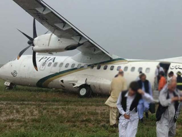 طیارہ لینڈنگ کے بعد ٹرن ہو رہا تھا کہ رن وے اچانک بیٹھ گیا، پی آئی اے ذرائع۔ فوٹو : فائل