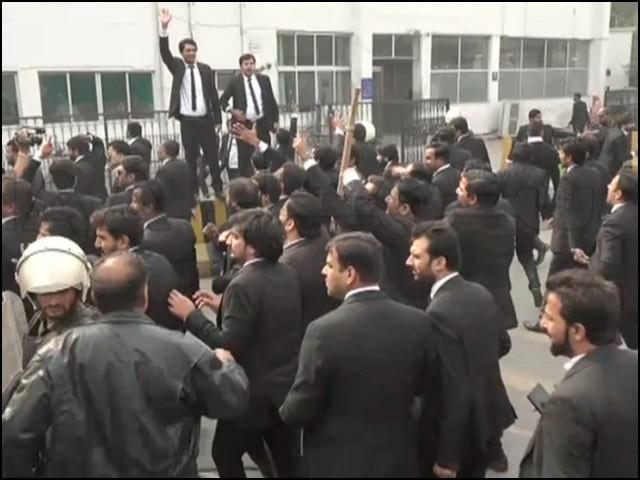 لاہور میں وکلا نے پنجاب انسٹیٹیوٹ آف کارڈیالوجی پرر دھاوا بولا۔ (فوٹو: انٹرنیٹ)