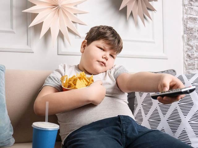 اسپین میں کئے گئے سروے سے معلوم ہوا ہے کہ بچوں میں ٹی وی دیکھنے کی عادت چندبرسوں میں وزن میں اضافے کی وجہ بن سکتی ہے۔ فوٹو: فائل