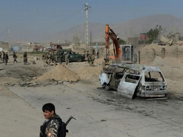بس کو سڑک کنارے نصب بم کی مدد سے اُڑادیا گیا، فوٹو : فائل