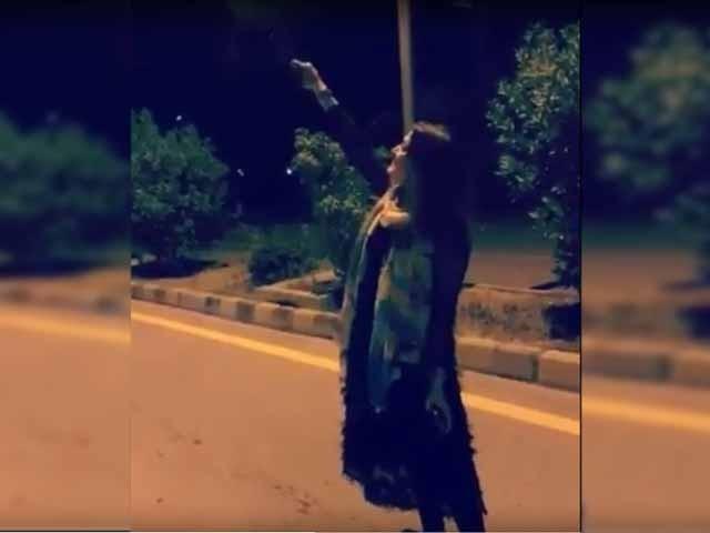 خاتون کے خلاف مقدمہ درج کرکے گرفتاری کے لیے چھاپے مارے جارہے ہیں، پولیس (فوٹو:ایکسپریس/اسکرین گریب)
