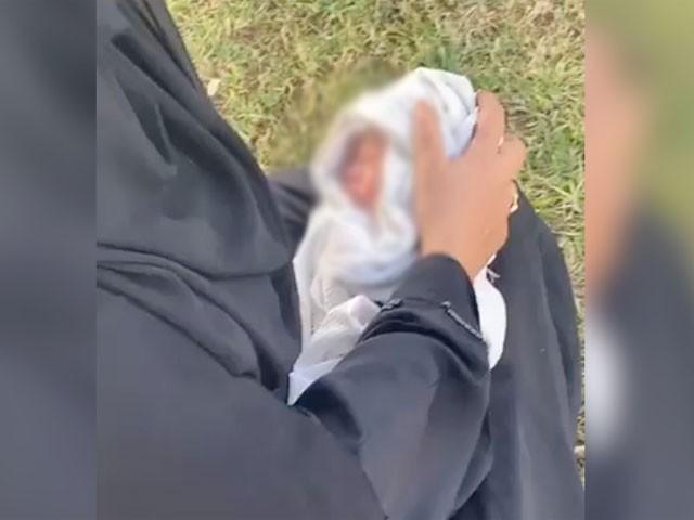 بظاہر بچہ ایشیائی لگتا ہے جسے فوری طور پر اسپتال منتقل کردیا گیا ہے، فوٹو: اماراتی میڈیا