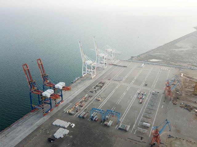 باڈر پار تجارت کم وقت میں ممکن ہو گی، کراچی پورٹ پر رش کم ہو گا، مشیر تجارت رزاق داؤد۔ فوٹو: فائل