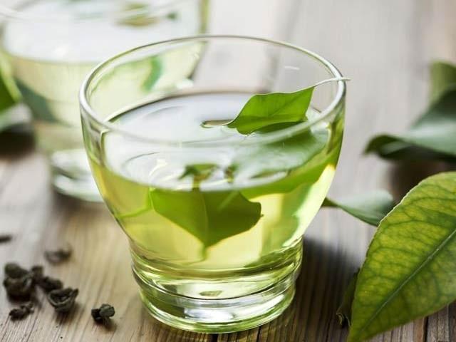 چینی ماہرین نے ایک لاکھ افراد کے سروے کے بعد کہا ہےکہ سبز چائے فالج، امراضِ قلب اور دیگر بیماریوں سے بچاتی ہے (فوٹو: فائل)