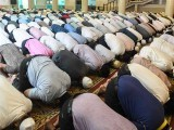 نماز ہی ذہن میں عجز و انکسار اور مسکنت پیدا کرنے کی ترغیب دیتی ہے۔ فوٹو: فائل