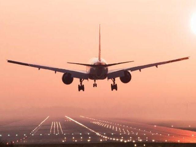 مسافر بردار طیارہ میدانی علاقے میں گر کر تباہ ہوگیا، فوٹو : فائل