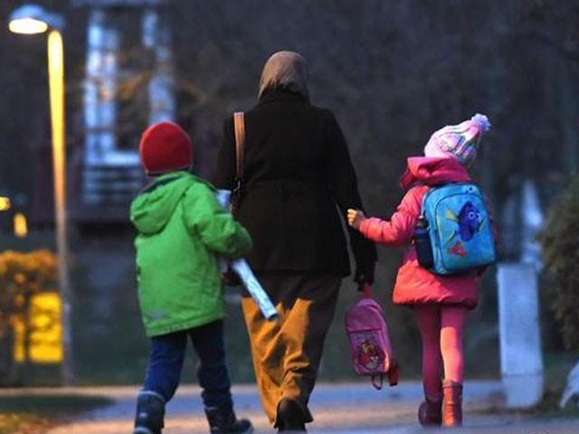 تاخیر ہونے پر والدین کو ہر منٹ کے حساب سے 1 پاؤنڈ جرمانہ ادا کرنا ہوگا، اسکول انتظامیہ (فوٹو : فائل)