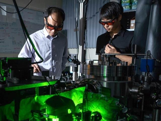 لیزر کے ذریعے نینوذرات سے بنی ایک ساخت کو ایک منٹ میں 300 ارب مرتبہ گھمانے کا کامیاب تجربہ کیا گیا ہے (فوٹو: نیواٹلس)