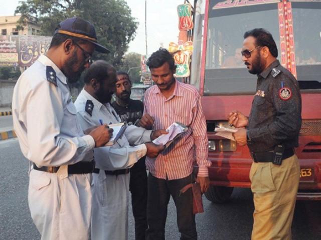 ٹریفک پولیس ڈسٹرکٹ ویسٹ نے سب سے زیادہ 1552 چالان کر کے 3 لاکھ 16 ہزار 100 روپے جرمانہ عائد کیا۔ فوٹو: فائل