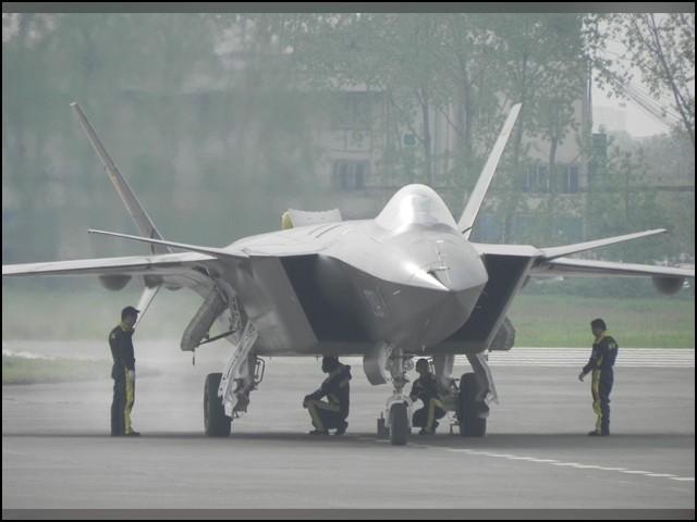 جے 20 مائٹی ڈریگن بھی ان لڑاکا طیاروں میں شامل ہے جو خطرناک لیزر سے مسلح ہوں گے۔ (فوٹو: انٹرنیٹ)