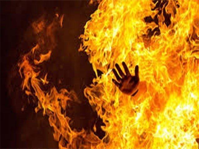 متوفیہ کا شوہر اور بیٹی اوپری منزل پر تھے، دھماکے سے ان کی آنکھ کھلی ،شعلوں میں لپٹی خاتون بیڈ روم تک آئی، ایس ایچ او۔ فوٹو:فائل