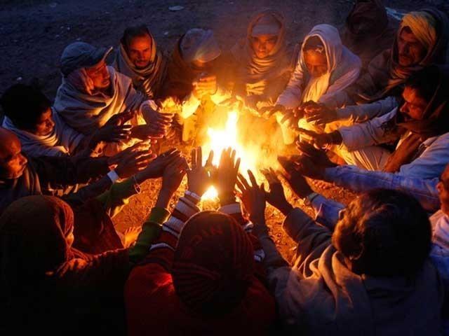 شدید دھند نے لاہور کو بھی لپیٹ میں لیے رکھا، لوگوں کو مشکلات، اسکردو کا درجہ حرارت منفی 21، استور میں منفی 16ریکارڈ