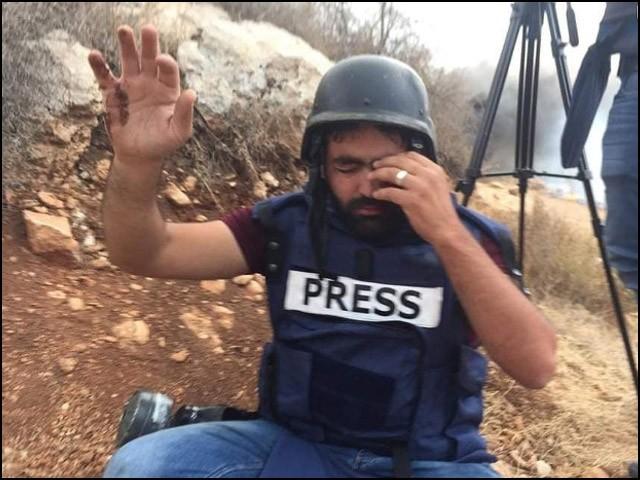 صحافیوں کو اپنی زندگی داؤ پر لگا کر بھی دوسروں تک خبر پہنچانی ہوتی ہے۔ (فوٹو: انٹرنیٹ)