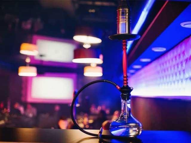 ڈانس پارٹی میں مشغول کئی افراد فرار، شراب کی بوتلیں، منشیات اور ممنوعہ شیشہ فلیور برآمد