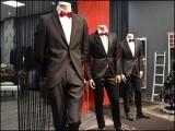 ٹیلرنگ شاپ کے مالکان اتنے ماہر ہیں کہ وہ اپنا تیار کردہ لباس ٹرائل کےلیے پہننے کو اپنی توہین سمجھتے ہیں۔ (فوٹو: انٹرنیٹ)