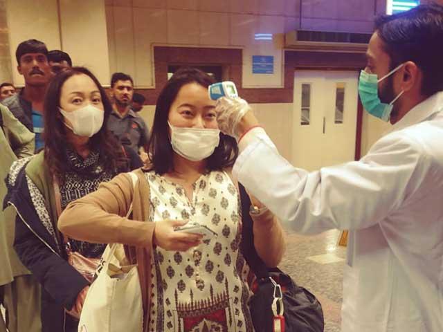 تمام ایئرپورٹس پر چین سمیت دیگر ممالک سے آنے والے مسافروں کی ویکسی نیشن کی جائے گی- فوٹو: ایکسپریس
