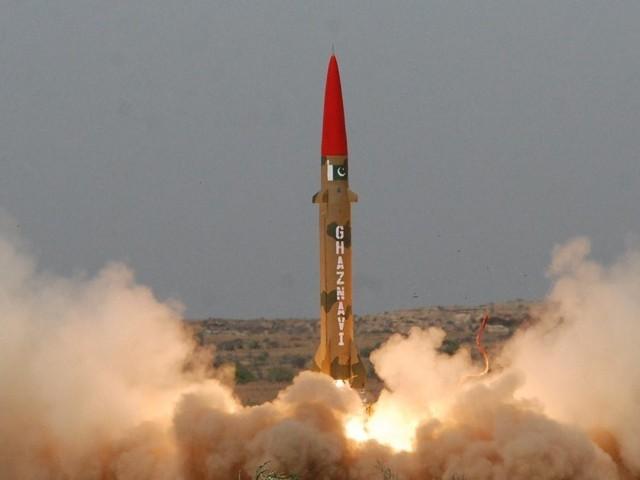 غزنوی میزائل زمین سے زمین تک ہدف کو نشانہ بنا سکتا ہے، آئی ایس پی آر فوٹو: فائل