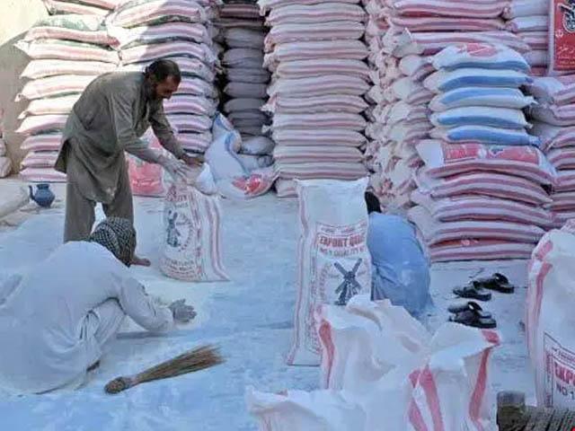 کراچی کی 71 فلور ملیں 430 روپے کے عوض 10 کلو گرام آٹے کے 4 ہزار تھیلے روزانہ 6 اضلاع کو بھیج رہی ہیں، فلورز ملز ایسوسی ایشن (فوٹو : فائل)
