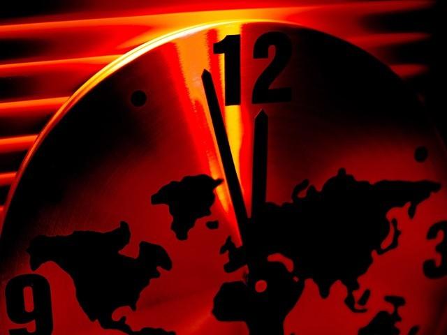 متعدد عوامل نے انسانیت کو مکمل تباہی یعنی قیامت کی گھڑی میں رات 12 بجے سے اتنا قریب کردیا ہے جتنی یہ پہلے کبھی نہ تھی (فوٹو: انٹرنیٹ/ اے ایف پی)