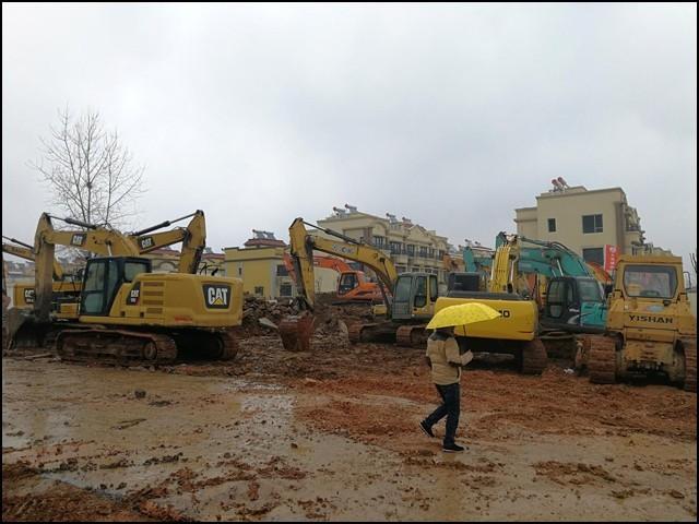 اسپتال کی تعمیر کا کام انتہائی تیز رفتاری سے جاری ہے اور یہ پیر سے کام بھی شروع کردے گا۔ (فوٹو: رائٹرز)