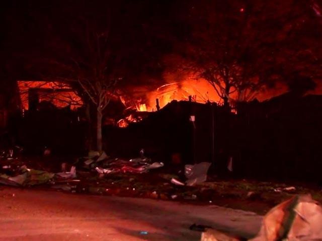 درجن بھر ایمبولینسس اور فائر بریگیڈ کی گاڑیاں دھماکے کی جگہ موجود ہیں، فوٹو : امریکی میڈیا