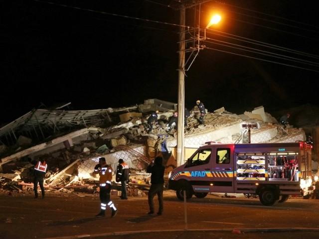 ترکی کے مشرقی صوبے الازگ میں زلزلے سے 750 سے زائد افراد زخمی ہوگئے۔ فوٹو: خبر ایجنسی