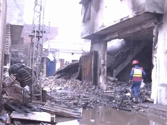 آگ کی شدت سے فیکٹری کی ایک عمارت زمیں بوس جبکہ ملحقہ مکان کی چھت اور دیواریں گرگئیں،فوڑو:سوشل میڈیا