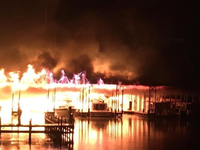 آتشزدگی کے وقت کئی کشتیاں لنگر انداز تھیں اور ملاح راہداری میں سوئے ہوئے تھے، فوٹو : فیس بک
