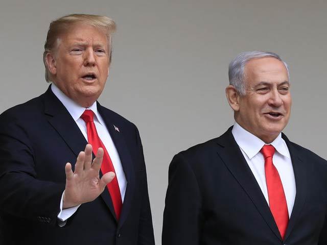 صدر ٹرمپ اور اسرائیلی وزیرِ اعظم بنجامن نتن یاہو نے متنازعہ فلسطین اسرائیل امن معاہدہ پیش کردیا ہے (فوٹو: فائل)