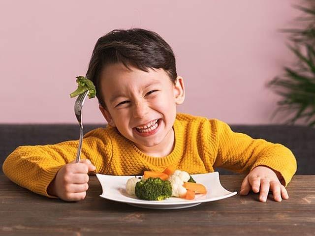 بچوں کے لئے ضروری ہے کہ انہیں فولاد کی مناسب مقدار سبزیوں کے ذریعے کھلائی جائے۔ فوٹو: فائل
