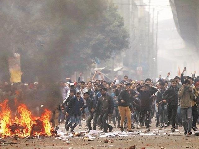 گولیاں لگنے سے تین مظاہرین زخمی بھی ہوئے، فوٹو : فائل