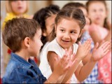 اگر آپ بچوں کی تعلیمی کارکردگی بہتر بنانا چاہتے ہیں تو ان پر تنقید کم اور ان کی خوب حوصلہ افزائی کیجیے (فوٹو: انٹرنیٹ)