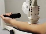 یہ روبوٹ بازو میں رگ تلاش کرنے کےلیے الٹراساؤنڈ استعمال کرتا ہے۔ (فوٹو: رٹگرز یونیورسٹی)